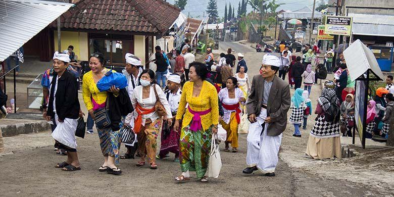Umat Hindu yang akan beribadah di Candi Cetho, Karanganyar