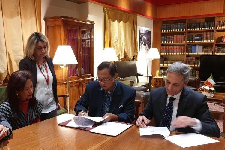 Direktur Utama PT KAI Edi Sukmoro (berkacamata) dan Executive Vice President Perusahaan KA Italia, Ferrovie Dello Stato (FS) International, Filippo Scotti (kanan), menandatangani MoU di Roma, Italia, Rabu (20/9/2019).