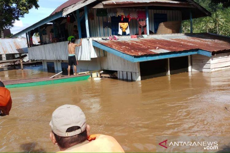 Tim rescue Basarnas Kendari saat melakukan evakuasi terhadap korban warga yang terdampak banjir.