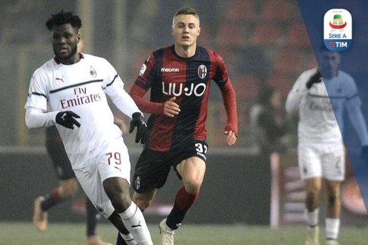 Franck Kessie dan Mattias Svanberg coba mengejar bola pada pertandingan Bologna vs AC Milan dalam laga pamungkas pekan ke-16 Serie A Liga Italia di Stadion Renato DallAra, 18 Desember 2018.