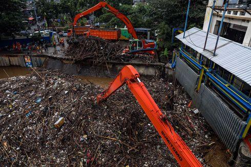 511 Meter Kubik Sampah Diangkat dari 3 Pintu Air akibat Hujan Deras Minggu Malam