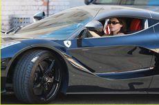 Setelah Makan Siang Tanpa Bra, Kini Kendall Jenner Pamer Ferrari Hitam