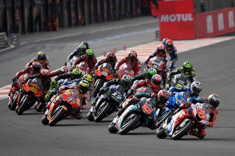 Para pebalap MotoGP sedang beraksi di seri terakhir musim 2019 di Valencia, Spanyol.. (Photo by PIERRE-PHILIPPE MARCOU / AFP)