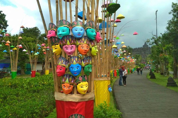 Topeng warna-warni menghiasi Taman Wisata Candi Borobudur pada masa libur lebaran 1439H/2018 ini.