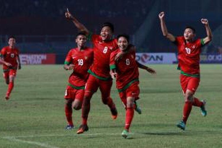 Pemain Indonesia Evan Dimas (2 dari kanan), Muhammad Hargiano (nomor 8), Zulfriandi (nomor 19) dan Muchlis Hadi Ning (kanan) berselebrasi setelah Evan membobol gawang Korea Selatan pada pertandingan kualifikasi Piala Asia U-19 di Stadion Utama Gelora Bung Karno, Jakarta, Sabtu (12/10/2013). Indonesia lolos ke putaran final Piala Asia U-19 yang akan berlangsung di Myanmar tahun depan, setelah menang dengan skor 3-2.