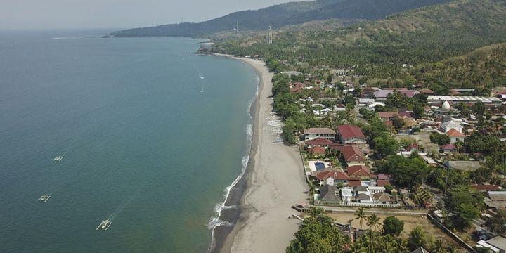 Foto udara kawasan perhotelan di Senggigi, Kecamatan Batulayar, Lombok Barat, NTB, Kamis (8/11/2018). Pascagempa Lombok BPS Provinsi NTB merilis data Tingkat Penghunian Kamar (TPK) hotel bintang pada bulan September 2018 mengalami kenaikan dibandingkan bulan Agustus 2018. TPK bulan September 2018 sebesar 34,85 persen sedangkan TPK hotel bintang bulan Agustus 2018 hanya sebesar 28,18 persen.
