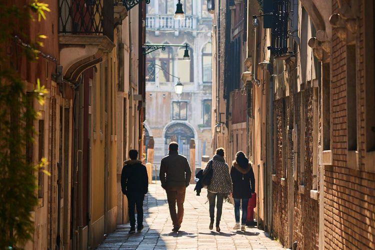 Tur jalan kaki adalah cara yang bagus untuk mengenal kota baru dan wisatawan lainnya.