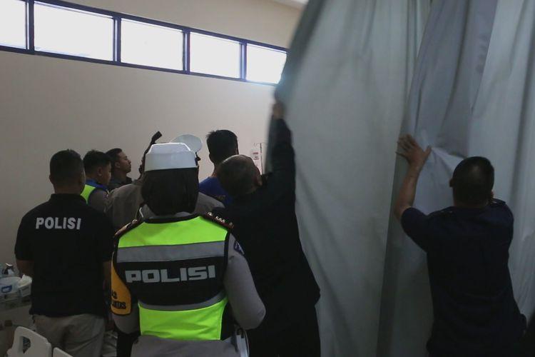 Kapolda Jawa Barat, Irjen Pol Rudy Sufahriadi, bersama jajaran menemui Amsor di RS Mitra Plumbon Cirebon, pada Senin (18/6/2019). Rudy memastikan kondisi Amsor sesaat setelah kejadian kecelakaan maut kilometer 150 Tol Cipali