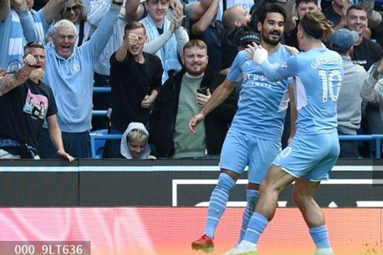 Pemain Manchester City Ilkay Guendogan merayakan gol ke gawang Arsenal bersama dengan Jack Grealish pada laga lanjutan Liga Inggris di Stadion Etihad, Sabtu (28/8/2021).