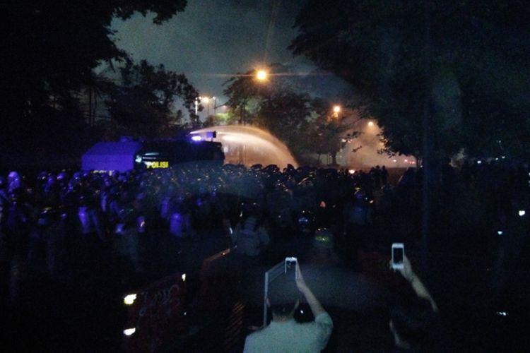 Anggota polisi saat memukul mundur demonstran yang melakukan aksi unjuk rasa di Bandung, Selasa (24/9/2019) malam.
