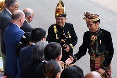 Jokowi Sapa Warga dan Selfie Bareng hingga ke Luar Istana
