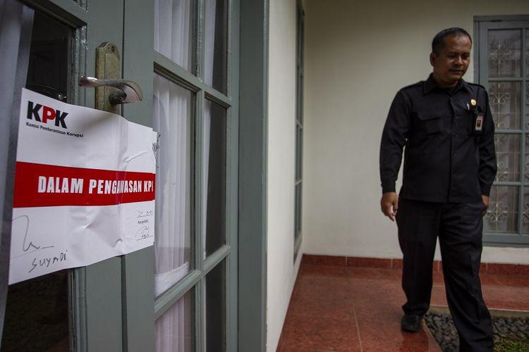 Petugas keamanan berjalan di samping ruang kerja Komisioner KPU Wahyu Setiawan yang disegel KPK di Jakarta, Kamis (9/1/2020). Penyegelan terhadap ruang kerja Wahyu Setiawan dilakukan setelah KPK menangkap tangan Komisioner KPU tersebut bersama tiga orang lainnya pada Rabu (8/1/2020). ANTARA FOTO/Dhemas Reviyanto/aww.