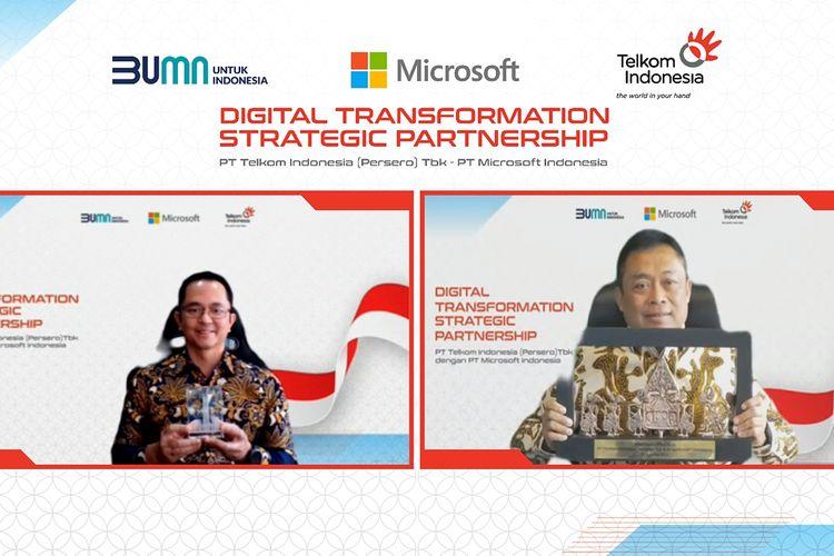 Direktur Utama Telkom Indonesia Ririek Adriansyah (kanan) bertukar cindera mata secara daring dengan President Director Microsoft Indonesia Haris Izmee (kiri) usai penandatanganan MoU Digital Transformation Strategic Partnership antara Telkom Indonesia dan Microsoft Indonesia, Kamis (19/8/2021).