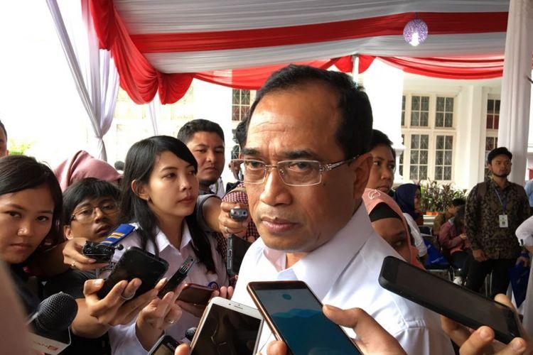 Menteri Perhubungan Budi Karya Sumadi saat menghadiri lelang koleksi pribadi pejabat di Galeri Nasional Indonesia, Jakarta Pusat, Rabu (28/2/2018).