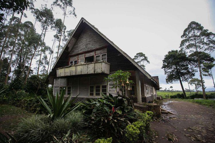 Rumah tua lokasi syuting film Pengabdi Setan di kawasan PTPN VIII, Kampung Kertamanah, Desa Margamukti, Kecamatan Pangalengan, Kabupaten Bandung, Jawa Barat, Jumat (26/1/2018). Belakangan rumah ini menjadi ramai dikunjungi wisatawan yang penasaran dengan lokasi syuting film garapan Joko Anwar.