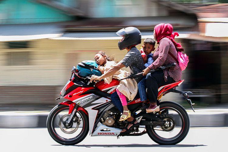 Kendaraan pemudik dengan sepeda motor melintas pada puncak arus balik di jalan nasional Medan-Aceh kawasan Lhokseumawe, Aceh, Minggu (9/6/2019). Puncak arus balik Lebaran 2019 Aceh terjadi pada H+5 menyusul volume kendaraan yang melintas didominasi pemudik.