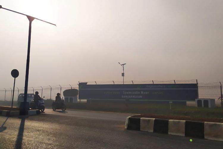 Kabut asap pekat menyelimuti Bandara Syamsuddin Noor, Banjarmasin, pada Kamis (129/9/2019) pagi menyebabkan 7 penerbangan tertunda keberangkatannya.