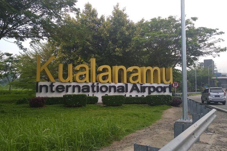 Papan nama Bandara Internasional Kuala Namu. Asosiasi travel menyarankan kepada masyarakat yang ingin bepergian dengan harga tiket yang lebih murah, untuk menggunakan rute luar negeri.