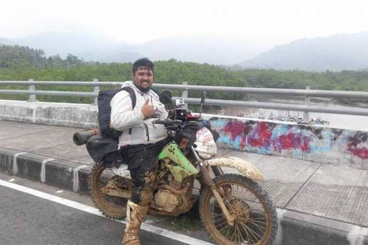 Maximinus Calbe Pandu Bani Nugroho saat berfoto dengan menggunakan sepeda motor trail. (Foto dokumentasi pribadi Pandu Bani Nugroho)