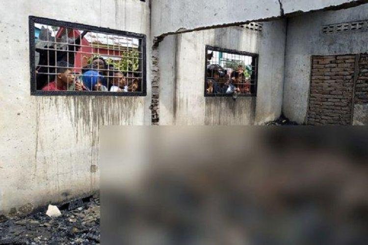 Warga melihat para pekerja yang menjadi korban kebakaran di pabrik mancis di Binjai, Sumatera Utara, Jumat (21/6/2019).