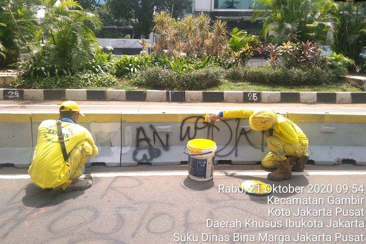 Aksi vandalisme dilakukan di tempat-tempat publik, seperti pada moveable concrete barier (MCB) atau pembatas jalur Transjakarta di depan Halte Bank Indonesia.