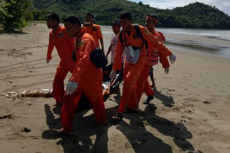 Tim Basarnas berhasil mengevakuasi jenazah wisatawan asal Perancis yang tenggelam di perairan Gili Panggang, Sekotong, Lombok Barat, Jumat (17/2/2017). (KOMPAS.com/ Foto dokumentasi humas Basarnas Kantor SAR Mataram)