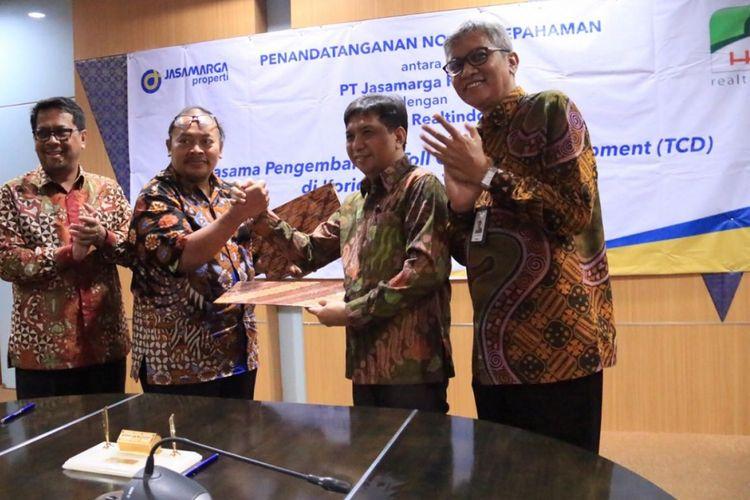 Penandatanganan nota kesepahaman antara PT Jasamarga Properti (JMP) dengan PT Puradelta Lestari Tbk dan PT HK Realtindo di kantor pusat Jasa Marga, Jakarta, Jumat (21/12/2018).