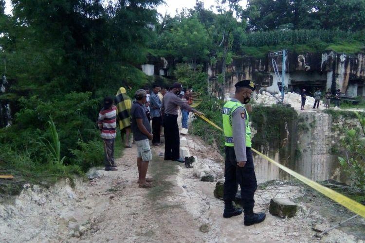Petugas Kepolisian memasang garis polisi di lokasi kejadian terjatuhnya truk pengangkut batu kapur (kumbung) ke dalam jurang di kawasan tambang Desa Bektiharjo, Kecamatan Semanding, Kabupaten Tuban, Jawa Timur. Selasa (5/1/2021)