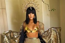 Berbalut Busana Cleopatra, Khloé Kardashian Pamer Perut Kencang