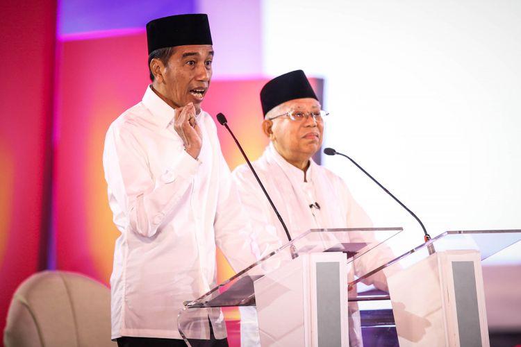 Pasangan calon presiden dan wakil presiden nomor urut 1, Joko Widodo dan Maruf Amin memberikan penjelasan saat debat pilpres pertama di Hotel Bidakara, Jakarta Selatan, Kamis (17/1/2019). Tema debat pilpres pertama yaitu mengangkat isu Hukum, HAM, Korupsi, dan Terorisme.