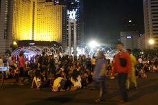 Malam HUT Jakarta, Asiknya Bersantai di Bundaran HI