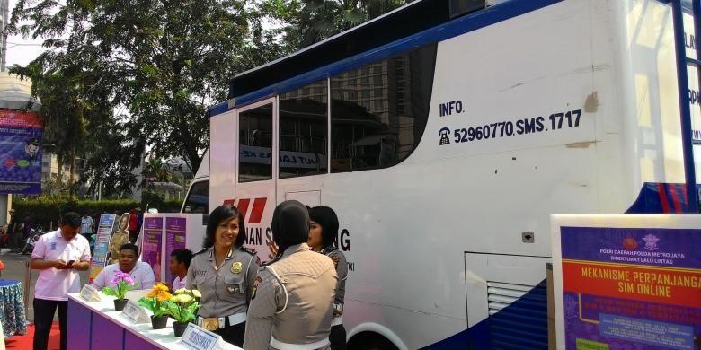 Direktorat Lalu Lintas Polda Metro Jaya meluncurkan layanan Surat Izin Mengemudi (SIM) online pada Minggu (27/9/2015) di area car free day (CFD), Jalan Sudirman-Thamrin.