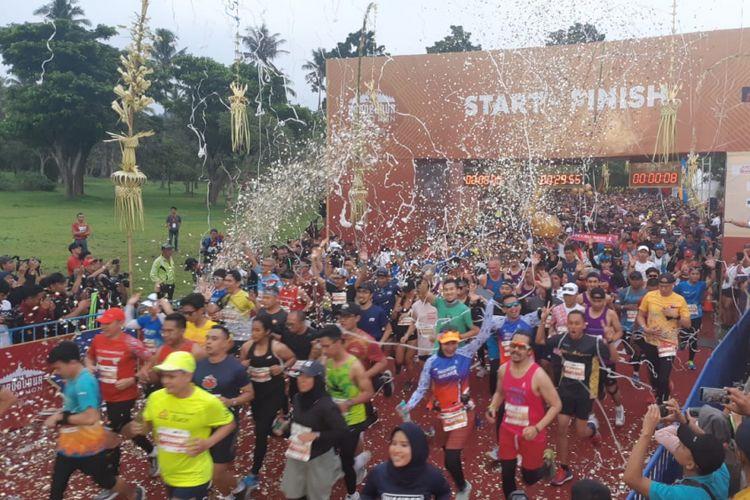 Para pelari half marathon (21,0975 km) memulai lomba pada pukul 05.30, ditandai dengan flag off atau pengangkatan bendera oleh CEO Kompas Gramedia Lilik Oetama, Sekretaris Daerah Provinsi Jawa Tengah Sri Puryono, dan Ketua Yayasan Borobudur Marathon Liem Chi An