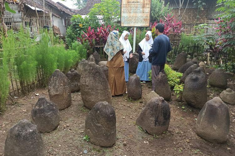 Batu kenong yang ada di Situs Klanceng Desa Kamal Kecamatan Arjasa Kabupaten Jember menjadi tempat belajar sejarah