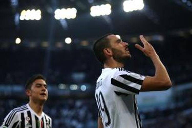 Bek Juventus, Leonardo Bonucci (kanan), merayakan golnya ke gawang Hellas Verona pada laga lanjutan Serie A di Stadion Juventus, Rabu (6/1/2016) waktu setempat.