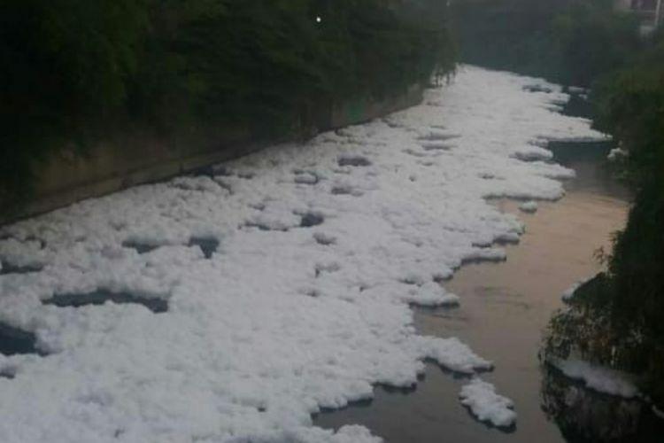 Kali Bekasi di Kota Bekasi kembali dipenuhi busa, Jumat (28/9/2018). Busa itu diduga merupakan dampak pencemaran yang terjadi pada sungai tersebut.