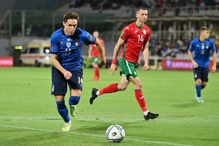 Federico Chiesa (kiri) dalam pertandingan Italia vs Bulgaria pada lanjutan Kualifikasi Piala Dunia 2022 di Stadion Artemio Franchi, Jumat (3/9/2021) dini hari WIB.