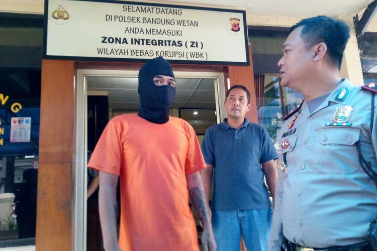 Kapolsek Bandung Wetan tengah menanyakan alasan pelaku RF memukuli temannya hingga koma, di Mapolsek Bandung Wetan, Kota Bandung, Selasa (16/1/2018).