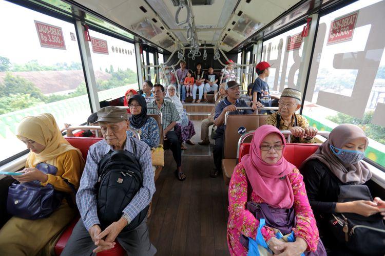 Suasana di dalam bus transjakarta koridor 13 Cileduk - Tendean, Jakarta Selatan, Senin (14/8/2017). Layanan transjakarta koridor 13 mulai beroperasi hari ini, meskipun beberapa halte di koridor tersebut masih belum bisa difungsikan. KOMPAS IMAGES/KRISTIANTO PURNOMO