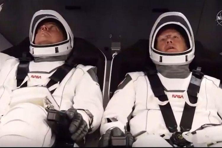 Foto diambil dari tangkapan layan NASA TV. Astronot Bob Behnken (kiri) dan Doug Hurley (kanan) berada di kapsul Crew Dragon, SpaceX, di Kennedy Space Center, Florida sebelum peluncuran mereka ke ISS, Sabtu (30/5/2020).