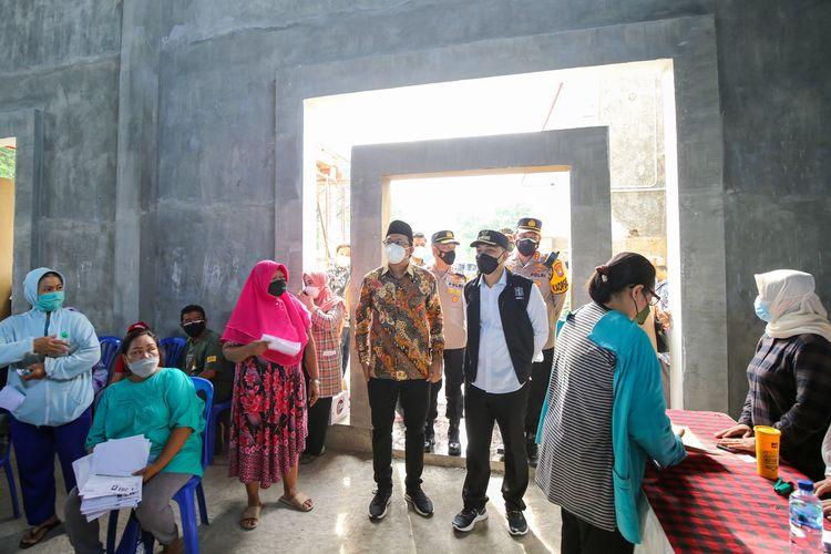 Wali Kota Surabaya Eri Cahyadi bersama Bupati Sidoarjo Ahmad Muhdlor Ali atau Gus Muhdlor beserta Forkopimda Surabaya dan Forkopimda Sidoarjo melakukan pelepasan 22 mobil gerai vaksin beserta 300 tenaga kesehatan (nakes) Surabaya di GOR Delta Sidoarjo, Selasa (21/9/2021).