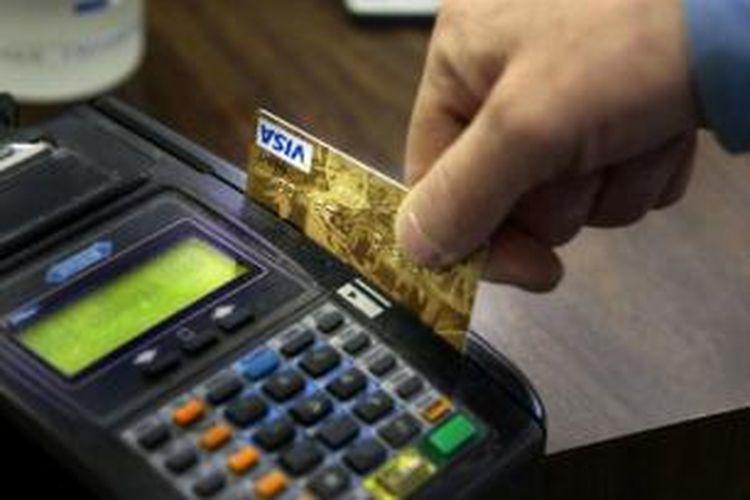 Membayar menggunakan kartu debit.