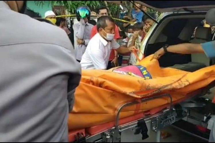 Petugas kepolisian saat mengevakuasi jasad Siti Hamidah (32), yang ditemukan tewas terkubur di depan rumahnya di Desa Karya Indah, Kecamatan Tapung, Kabupaten Kampar, Riau, Selasa (8/6/2021) lalu.