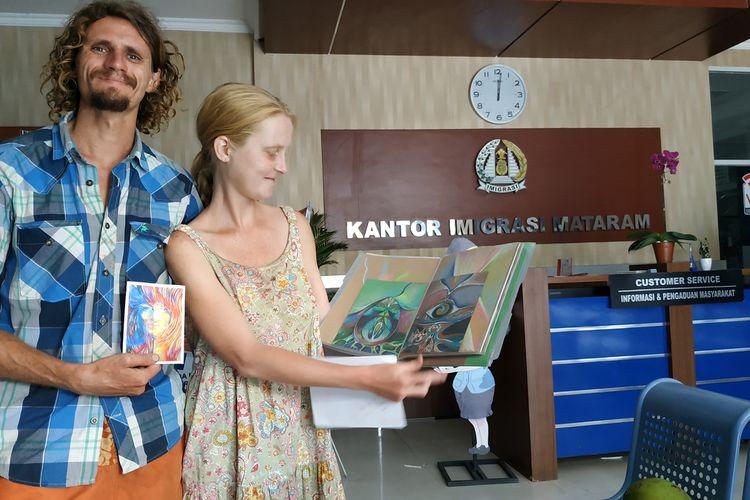 Pasangan WNA Rusia Mikhail Bondarek (29) dan Ekaterina (29) menunjukkan repro lukisan Ekaterina di Rusia yang mengunakan Kanvas dan acrilic. Termaauk puluhan lukisannya kecilnya di kertas. Ekaterina adalah perupa dati Rusia.