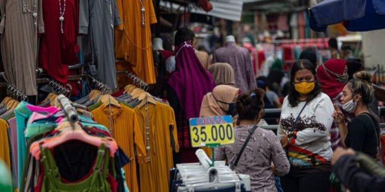 Warga berbelanja pakaian yang dijual pedagang kaki lima di Jalan Jati Baru II, Tanah Abang, Jakarta, Senin (18/05)