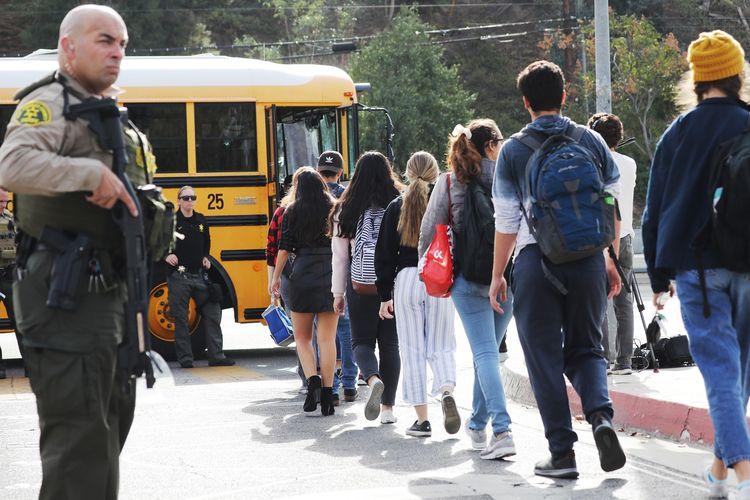 Para murid dievakuasi menggunakan bus sekolah dari SMA Saugus di Santa Clarita, California, Amerika Serikat (AS), setelah terjadi penembakan yang dilakukan seorang remaja dan menewaskan dua murid di sana pada 14 November 2019.