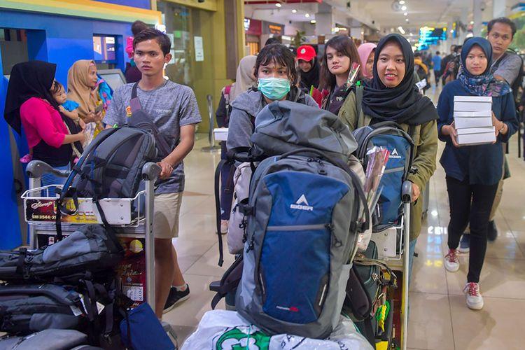 Sejumlah Warga Negara Indonesia (WNI) yang dievakuasi dari Wuhan, Provinsi Hubei, China berjalan memasuki terminal keberangkatan di Bandara Halim Perdana Kusuma, Jakarta, Sabtu (15/2/2020). Pemerintah melalui Kementerian Kesehatan secara resmi telah memulangkan 238 WNI ke daerah masing-masing karena telah dinyatakan sehat seusai menjalani observasi selama 14 hari di Ranai, Natuna.