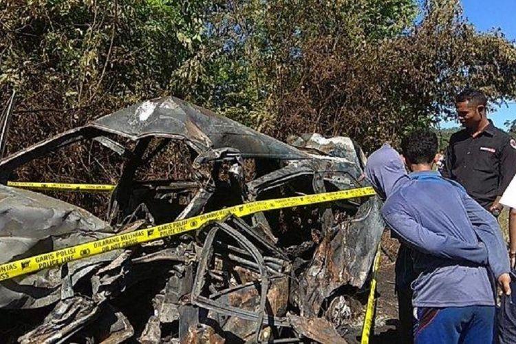 Sebuah mobil Toyota Avanza terbakar setelah bertabrakan dengan truk di Desa Langling Kecamatan Bangko Kabupaten Merangin, Jambi, Senin (25/3/2019).