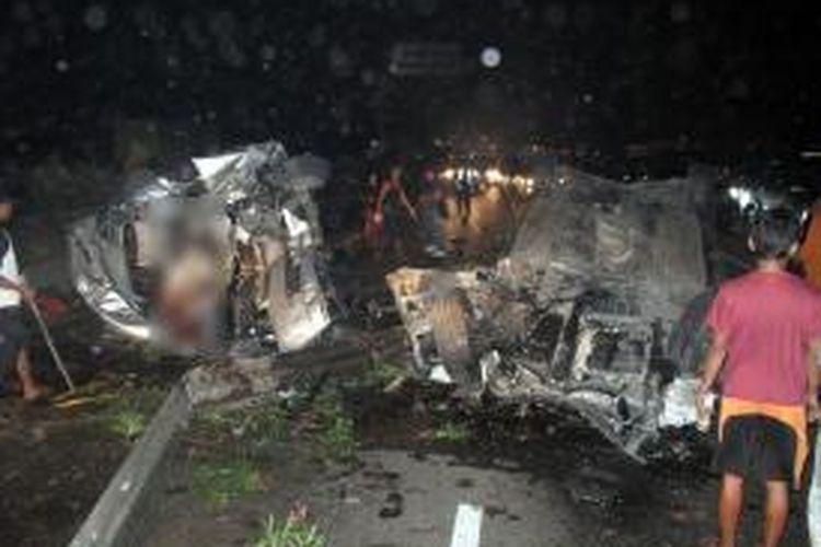 Warga berusaha mengevakuasi korban kecelakaan maut yang terjadi di Jalan Tol Jagorawi, Jakarta Timur, tepatnya di jalur Jakarta ke Bogor, KM 8-200, Minggu (8/9/2013) dini hari sekitar pukul 00.45 WIB. Kecelakaan yang melibatkan tiga mobil tersebut mengakibatkan 5 orang tewas dan 10 orang lainnya luka-luka. Putra bungsu musisi Ahmad Dhani, Ahmad Abdul Qodir Jaelani (Dul), 13, menjadi salah satu korban luka dalam peristiwa ini.