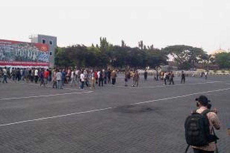 Sekelompok massa mencoba menggagalkan pelantikan presiden dan wakil presiden terpilih di DPR RI, Rabu (4/9/2013). Kegiatan ini merupakan simulasi penanganan kamtibmas yang dilakukan Polri menjelang pelaksanaan Pemilu 2014 di Mako Brimob Kelapa II Depok, Jawa Barat.